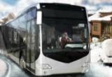العاب سائق الحافلة في مدينة الثلج لنقل الركاب