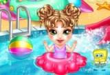 لعبة استحمام الطفلة في المسبح